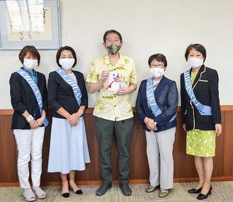 (左から)山本副会長、金子会長、佐藤市長、稲岡30周年記念会長、山田30周年記念副会長