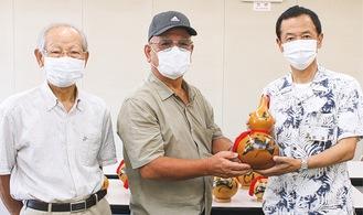 (右から)熊澤克彦福祉部長、久保会長、武田副会長