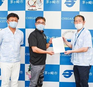 佐藤市長に政策制度要求を手渡す岩崎議長(中央)と興邊会長(左)