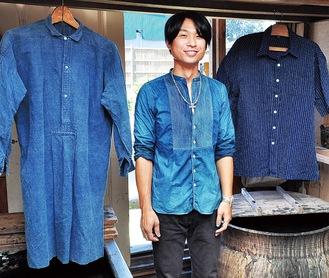 芹沢の工房で藍の天然染料づくりや藍染めに励む佐野さん