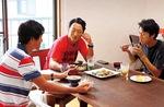 リビングで選手・コーチが一緒に食事