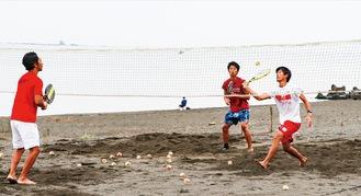 自宅近くの砂浜で練習