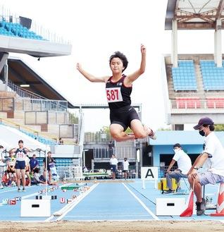 1回目の跳躍で5m38cmを記録した中村さん =10/3・等々力競技場