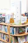 ハマミーナ図書室スタッフが手作りした給水塔が飾られる特設コーナー