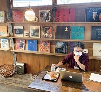 テレワーク中の男性(MOKICHI Baker's Cafe)
