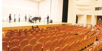 大ホールで歌う参加者