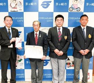 佐藤市長(左)と村越会長(中央左)