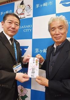 34回目の寄付に訪れた梅田社長(右)