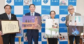 佐藤市長(左から2人目)と小川館長(右)