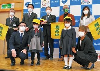 後列左2人目から高橋社長、佐藤市長、川崎社長前列左2人目から彩葉ちゃん、風海ちゃん