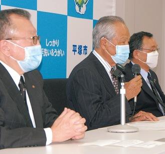 記者会見に臨む三役(右から落合平塚市長、福澤実行委員長、常盤副会長)