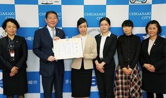 感謝状を受け取る本城さん(左から3番目)ら