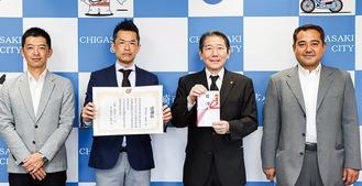 贈呈式に出席した岩崎社長(左から2番目)ら