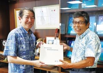 昨年、茅ヶ崎市にも寄贈した相澤さん(右)