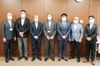 鈴木恒夫市長(中央)を表敬訪問した小河静雄代表(右から3人目)と同社関係者ら(藤沢市提供)