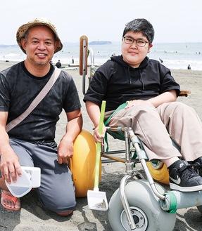 木村さん(左)と共に、プラスチックを回収する近藤さん
