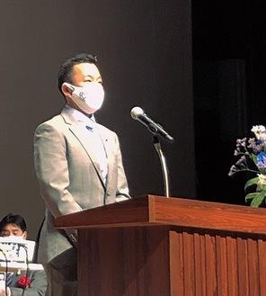 あいさつする矢野会長