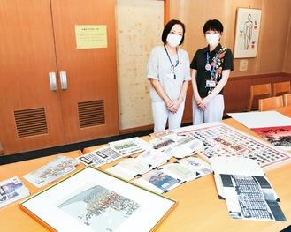 展示内容を紹介する図書館スタッフ