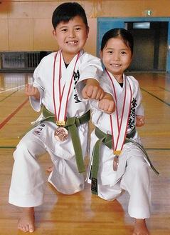 兄の琥音さん(左)と妹の瑛音さん