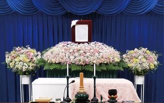ピンクパステルのオーダー花祭壇(同額で花篭まで合わせてくれる)