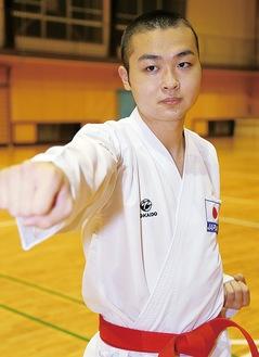 強化選手の胴着を着る三川さん。胸には日の丸の刺繍が