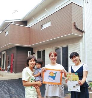 「南湖ハウス」を運営するのは、年齢も経歴もさまざまな3人の女性。「誰でも気軽に訪れて」と呼び掛ける。(左から)岩崎さんと娘の光ちゃん、松本さん、原田さん