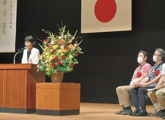豊島会長(左)と佐藤市長(中央)