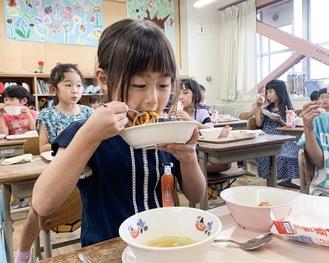 トルコナス入りのスパゲティを食べる児童