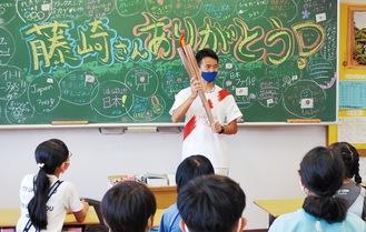 最後に訪れた教室では「藤崎さんありがとう」のメッセージも