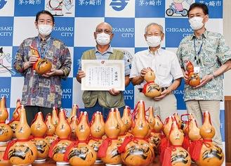 佐藤市長から感謝状を手渡された久保会長(左から2人目)と武田副会長(3人目)=15日、市役所