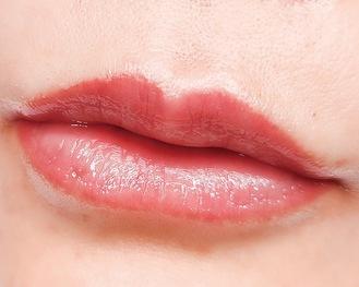リップアートメイクを施術し定着後の唇