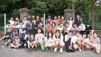 6年1組の児童と根山教諭(後列右)