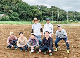 石川さん(前列右端)と畑を手伝うボランティアメンバー(赤羽根の畑で)