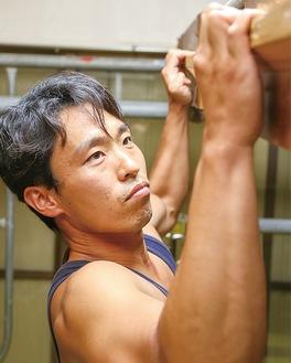指先だけで体を支えて動く「クリフハンガー」で鍛える