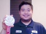 メダルを手にする香西選手