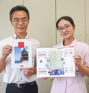 完成した郵便局マップを手にする渡邊局長(左)と半田燈里さん
