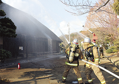 旧和田家で消火活動