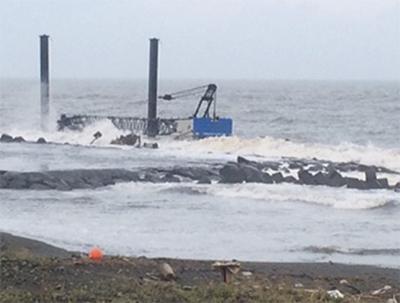 柳島にクレーン船が座礁