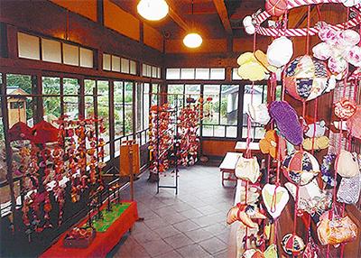古建築で吊るし飾り展