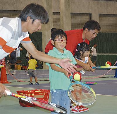 テニス通じ絆深める
