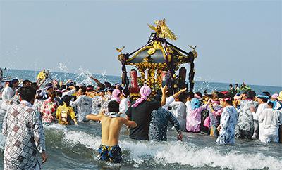 神輿39基が海岸を渡御