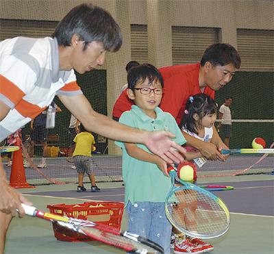 テニス通じ親子交流
