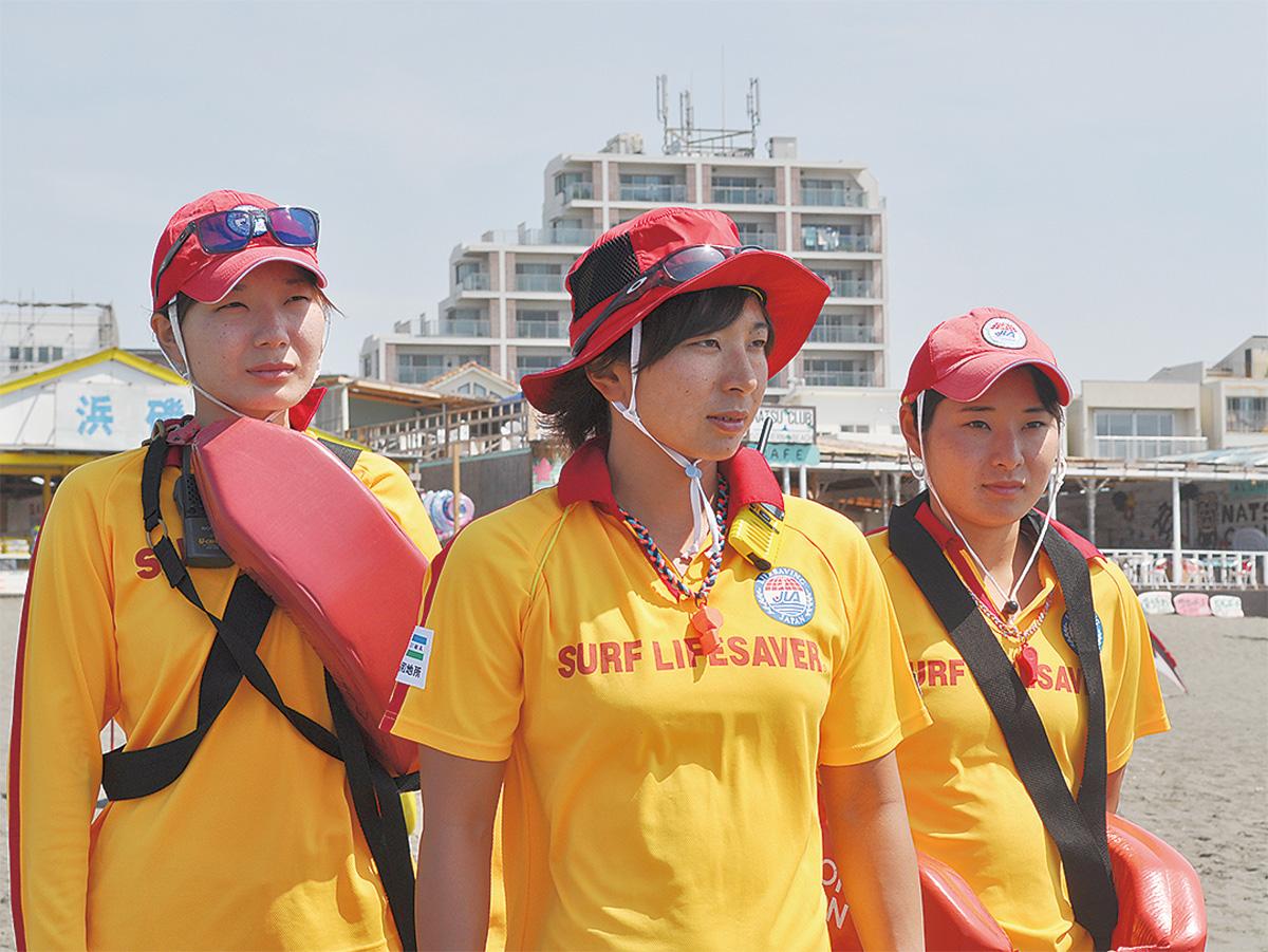 ビーチ守る3姉妹