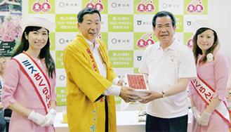 さくらんぼを贈呈する佐藤市長(中央左)