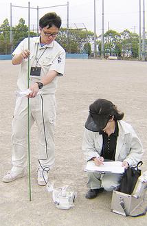 グラウンドで検出器による測定が行われた