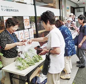 掘り出し物や新鮮野菜などを求め多くの人が訪れた