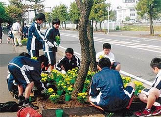 花を植える中学生ら