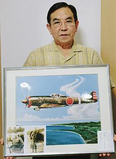 写真と戦闘機の絵を持つ山上さん