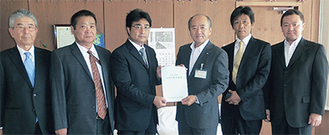 計画書を木村町長に手渡す金子会長(中央左)