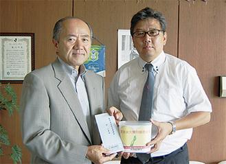 義援金を手渡す高山組合長(左)